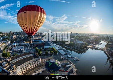 Bristol, Royaume-Uni. 31 juillet, 2015. Montgolfières prendre pour le ciel au-dessus de Bristol en avant de la 37e International Balloon Fiesta.
