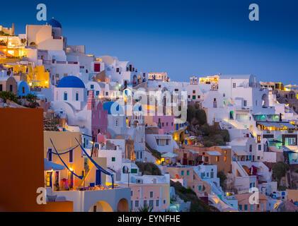 Coucher du soleil emblématique dans la ville de Oia sur l'île grecque Santorin (Théra). Banque D'Images