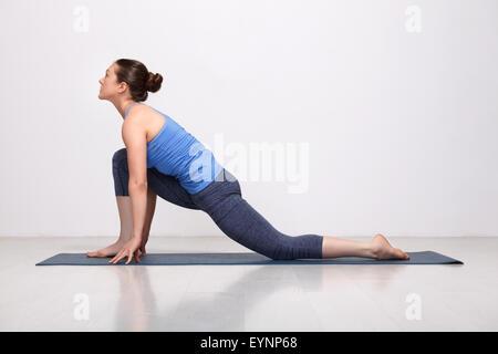 Mettre en place des pratiques femme yogini asana yoga Anjaneyasana Banque D'Images