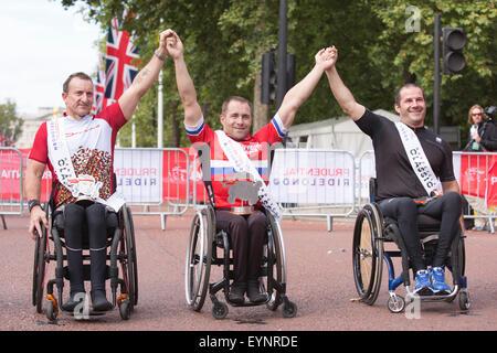 Londres, Royaume-Uni. 2 août 2015. Prudential RideLondon 2015. Gagnants de la course classique Handcycle L-R: Alan Cook (3ème), Brian Alldis (1er), Chris Madden (2e). Photo: OnTheRoad/Alamy Live News