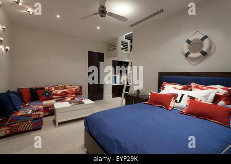Thème marin - chambre avec un canapé d'angle et une table de café et Banque D'Images
