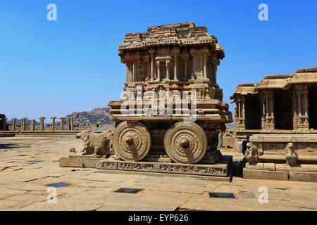 Char de pierre dans la cour de Vittala Temple à ciel bleu à Hampi, Karnataka, Inde Banque D'Images