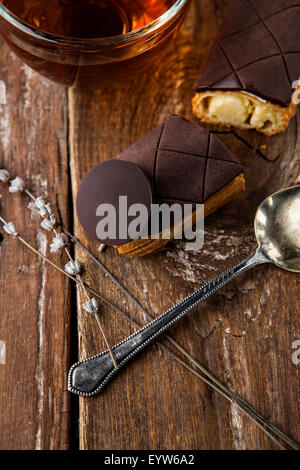 Crème dessert exquis eclair au chocolat saupoudrée de Banque D'Images