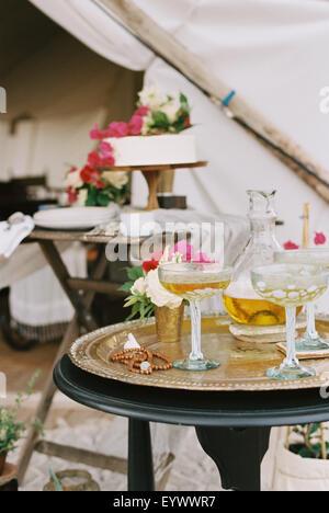 Nourriture et boissons sur les tables à l'extérieur tente dans un désert.