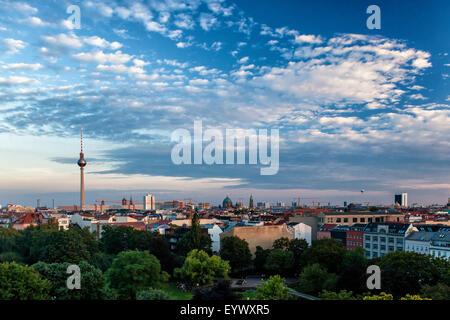 Berlin vue du coucher de soleil sur le toit de l'immeuble. Soirée spectaculaire paysage de capitale allemande Banque D'Images