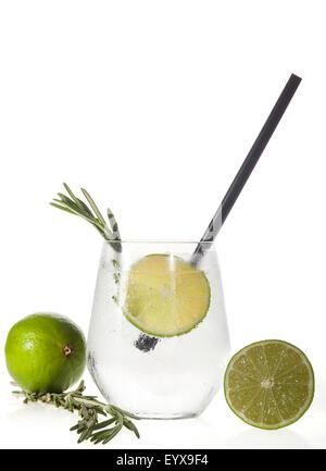 Verre à boisson alcoolisée avec de la chaux et de glace isolé sur fond blanc. Banque D'Images