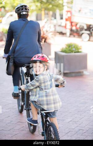 Portrait of smiling boy riding tandem avec businessman père