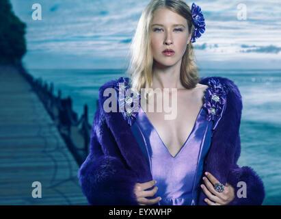 Portrait d'une jeune beauté belle blonde femme portant une robe bleue et un manteau de fourrure en plein air au Banque D'Images