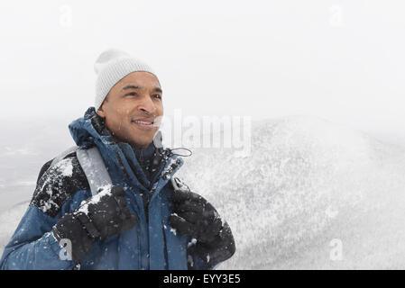 Randonnée homme noir dans la neige Banque D'Images