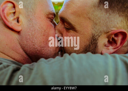 Close up of gay couple kissing Banque D'Images