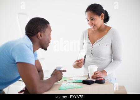 Couple de nuanciers dans new home Banque D'Images