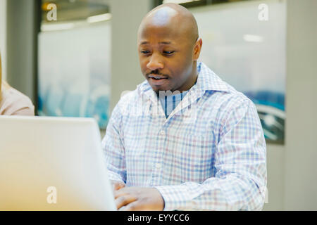 Businessman working on laptop in office Banque D'Images