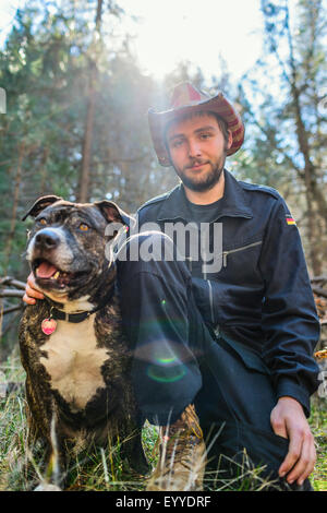 Caucasian man with dog in field Banque D'Images