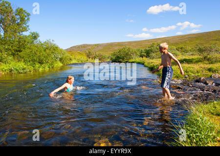 Les enfants se baignant dans un ruisseau, Allemagne Banque D'Images