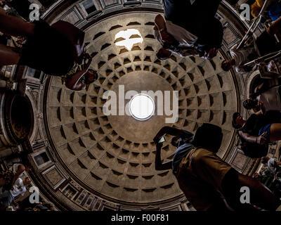 Les touristes de prendre des photos de l'intérieur d'Oculus. Le Panthéon. Temple romain antique. Maintenant une église chrétienne. Rome, Italie.