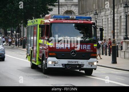 Une MERCEDES-BENZ ROUGE LONDON FIRE TRUCK LE LONG D'UNE ROUTE PRINCIPALE DANS LE CENTRE DE LONDRES Banque D'Images