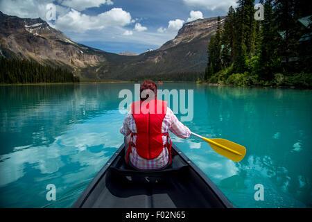 Femme canoë à Emerald Lake, le parc national Yoho, Colombie-Britannique Canada