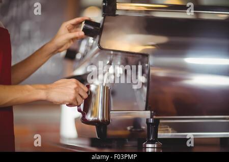 Le lait à la vapeur Barista machine à café Banque D'Images