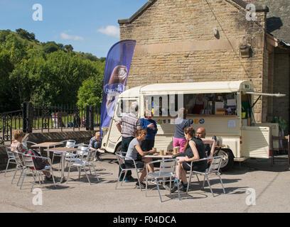 Les gens assis à boire du café à partir de vintage Citroen van sur Monsal Trail à Millers Dale gare Derbyshire, Angleterre, RU