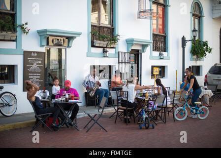La ville de Panama, Panama--clients s'asseoir à des tables à l'extérieur d'un café à Casco Viejo, le vieux quartier Banque D'Images