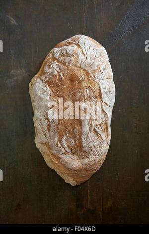 Du pain artisanal sur une planche en bois
