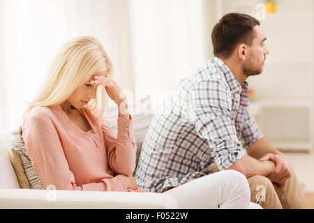 Malheureux couple having argument at home Banque D'Images