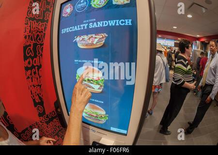 Diners l'ordre à un 'Créer votre goût' kiosque à un McDonald's à New York le Mardi, Août 4, 2015. L'interactive Banque D'Images