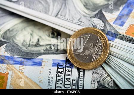 Détail d'une pièce en euros, plus de billets en arrière-plan Banque D'Images