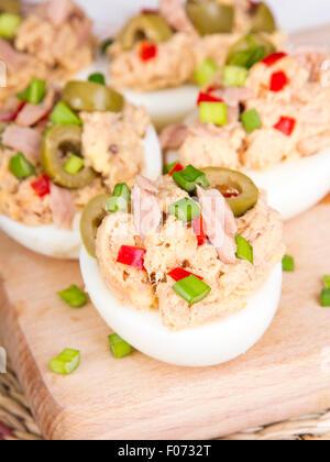 Oeufs farcis au thon, olives et de paprika Banque D'Images