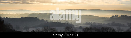 Matin faible soleil se lève sur l'hiver paysage brumeux comme vu de Newlands Corner, Guildford, Surrey Banque D'Images