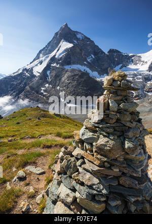 Matterhorn (Cervin) montagne. Le nord-ouest de la crête, crête de Zmutt. Sentier de randonnée, pyramide de pierres. Banque D'Images