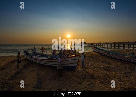 À côté de la plage des pêcheurs sur l'heure du coucher du soleil en soirée, l'Inde du sud, Kerala Banque D'Images
