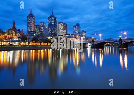 Les toits de Melbourne, en Australie avec la gare de Flinders Street et les Princes Bridge de l'autre côté de la rivière Yarra, dans la nuit.