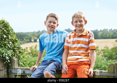 Portrait de deux garçons assis sur l'ensemble de porte Banque D'Images