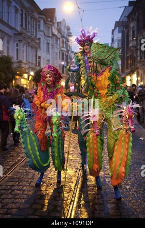 Des gens portant des masques et des costumes colorés pendant le carnaval festival, Brême, Allemagne Banque D'Images