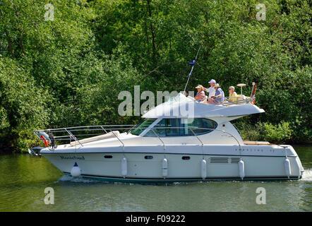 Le groupe JEANNEAU PRESTIGE 32 bateaux de croisière en bateau sur la Tamise, Runnymede, Surrey, Angleterre, Royaume Banque D'Images