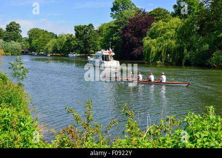 Jeanneau Prestige 32 bateau croisière Bateau et bateau à rames sur la Tamise, Runnymede, Surrey, Angleterre, Royaume Banque D'Images