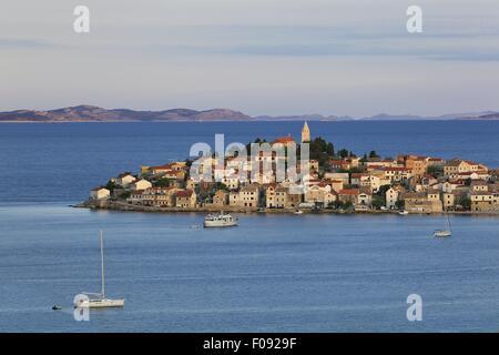Vue de la ville de Primosten et les montagnes à l'horizon de la mer Adriatique en Croatie Banque D'Images