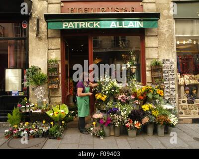 Femme au magasin de fleur dans l'Ile Saint-Louis, Paris, France Banque D'Images