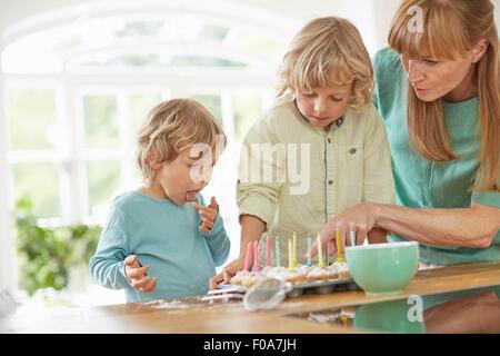 Mère et fils dans la cuisine cupcakes faire Banque D'Images