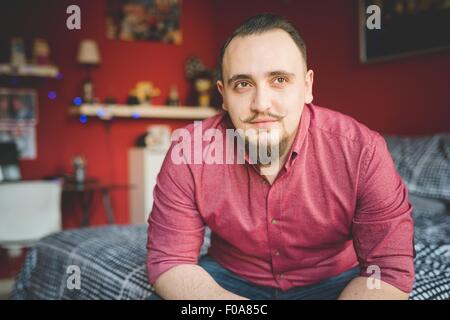 Portrait de jeune homme dans la chambre