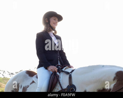 Teenage girl riding horse Banque D'Images