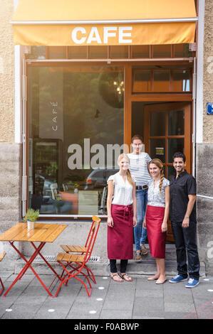 Serveur et serveuse café à l'extérieur, portrait Banque D'Images