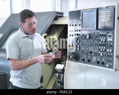 La partie mesure ingénieur en face de tour CNC Banque D'Images