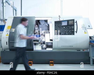 Ingénieur travaillant avec tour CNC en usine Banque D'Images