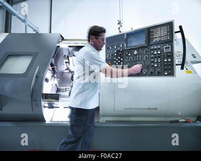 Tour CNC d'exploitation ingénieur en usine Banque D'Images