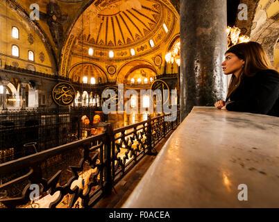 Jeune femme à l'intérieur de la mosquée Sainte-Sophie, Istanbul, Turquie Banque D'Images