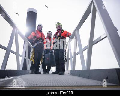 Les ingénieurs de parc éolien offshore en port sur tapis roulant Banque D'Images