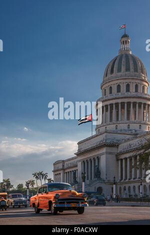 Vintage voiture conduire en face de Capitol Building, La Havane, Cuba Banque D'Images