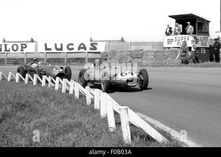 La GP 18 juillet 1959 Aintree. N° 64 David Piper Lotus-Climax 16 Non 4 Carroll Shelby Aston Martin DBR4. Banque D'Images